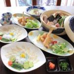 フグ鍋とふぐ刺し付きの豪華なふぐコース1人¥5,000~(2人以上の要予約/税別)。コースは¥1,000刻みで各種あり。